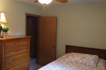 Private, Cozy Room in Quiet Subdivision - Kokomo