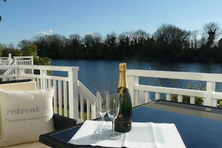 Stunning Lakeside Cotswold Lodge - special offers! - Huis