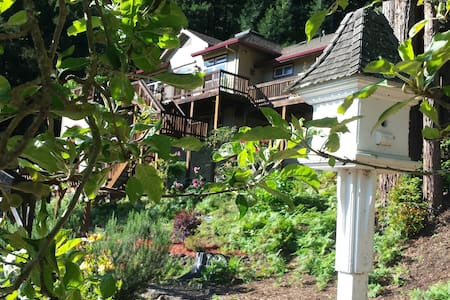 Mountain View Retreat near River - House