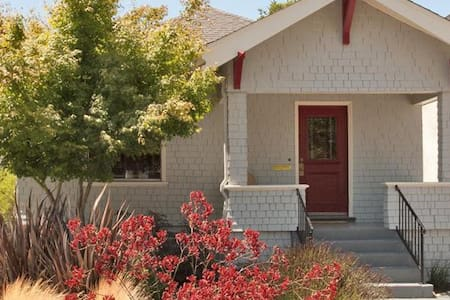Relaxing 2BR Fam-friendly Craftsman Home with yard - Alameda