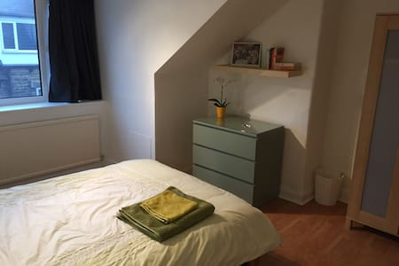 Large, bright double room - Leeds