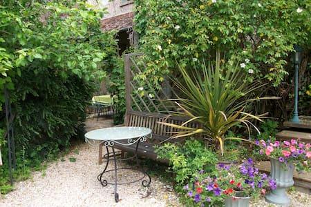 petite maison pleine de charme - Saint-Piat - House
