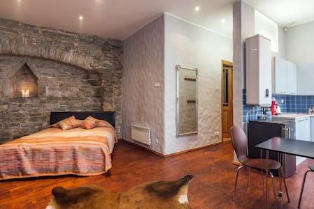 Medieval City Wall Studio, Old Town - Tallinn - Apartment