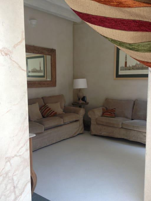 Il soggiorno ha due divani di cui uno è un comodo letto king size