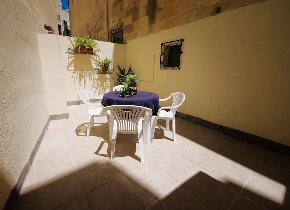 Sunny courtyard that can be enjoyed both in summer and winter