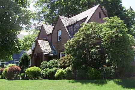 Charming Tudor home: Queen bedroom - Meriden - Huis