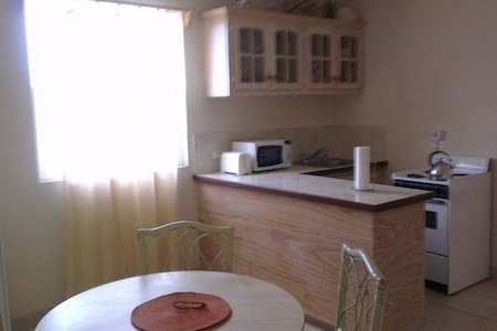 1 Bed A/C Apt nr Dover Beach, No. 6 - Lakás