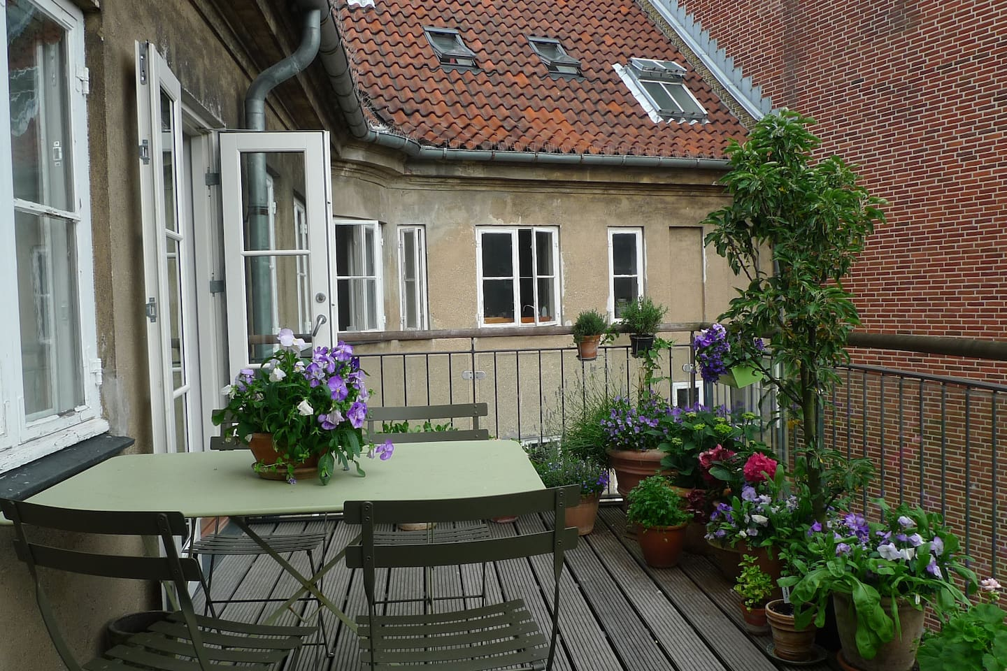 The spacious balcony (20 m2)