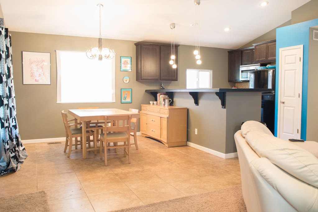 An open concept kitchen, living room and dining room.