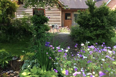 Hollysbarn, lovely attached self-catering cottage - Outros