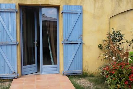 Charmant Studio au calme situé à Carros - House