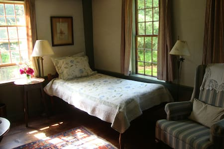 SINGLE ROOM AT COTTAGE GARDENS