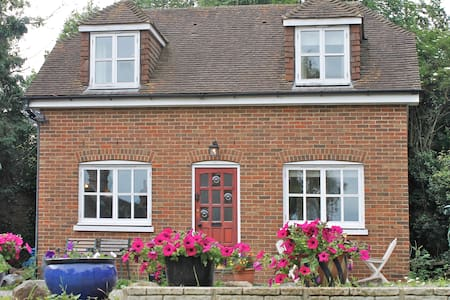 Canterbury - 2 Bed Detached Cottage - Huis