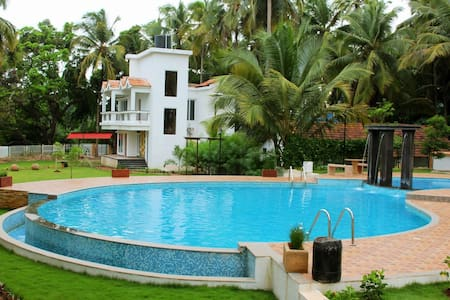 Near Club Cubana 2-Bhk Luxury Stay with Pool - Apartamento