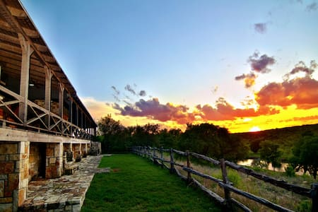 Private River Lodge Sleeps 17 - Maison