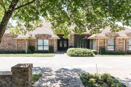 Sleeps 18 4800 sq ft 3/4 of an acre - Dallas