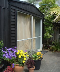 Sunny and warm garden studio at the beach - Whangaparaoa - Cabin