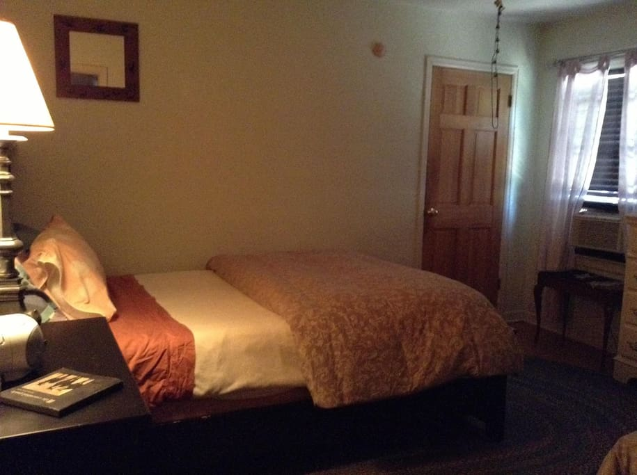 Goldilocks Slept Here ~ Queen Room 2 ~ Cable HBO , Movie Channels, Wireless Net Air Conditioning