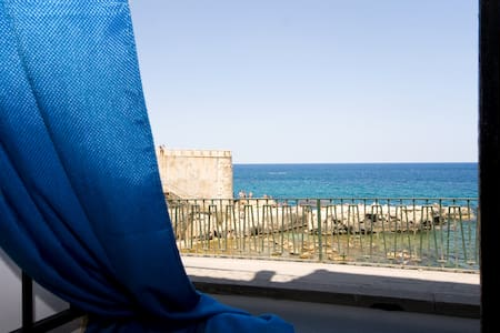 A window by the sea of Ortigia - Syracuse - Appartement
