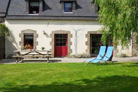 Komfortables Haus mit Blumengarten - Pluvigner