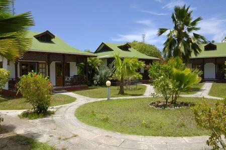 Kleine Bungalowanlage im tropischen Garten - Bungalow