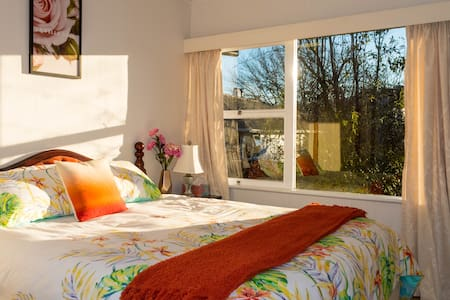 Comfy king bed in the heart of Nelson - Nelson