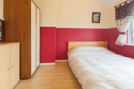 Double bedroom in Kirkstall - free Wi Fi -parking - House