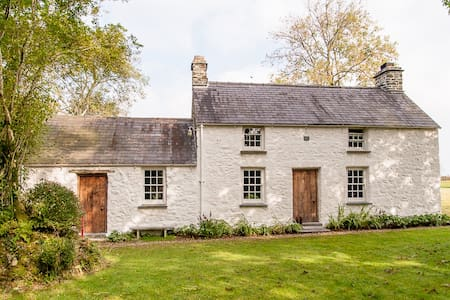 Cottage as see in World of Interior - Carmarthen - Rumah