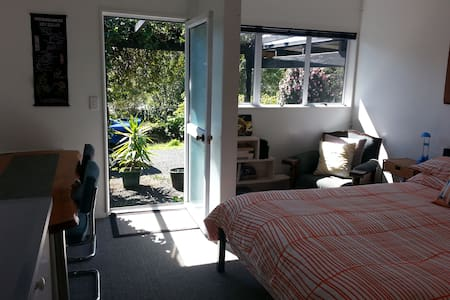 Hibiscus Cottage, studio for 2, close to the beach - Raglan - Guesthouse