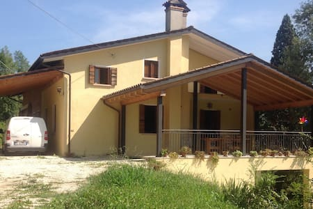 Casa nel verde dei colli asolani - Hus