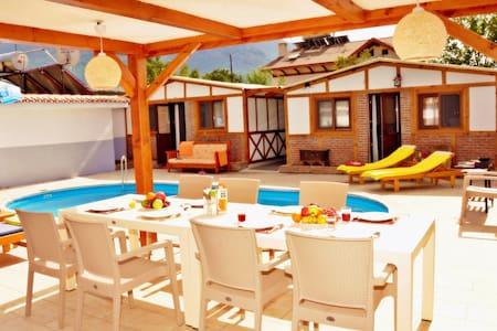 Korunaklı Bungalov Villa - Vila