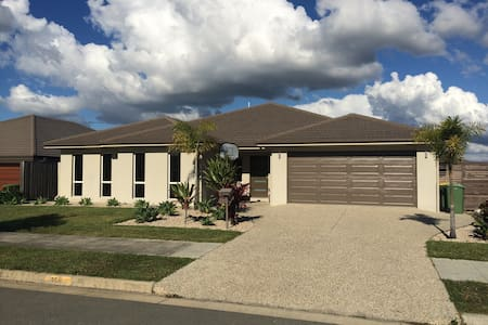 Family Home Sleeps 10 near Theme Parks with pool - Upper Coomera