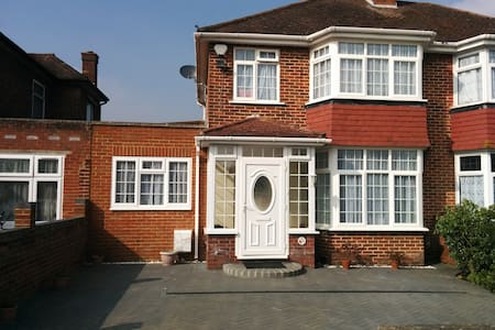 Firs Drive: Close to Heathrow and public transport - Casa