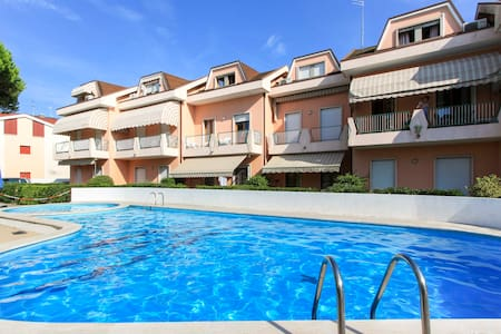 Pool, private beach and a cosy garden - Lido di Jesolo