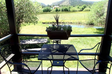 2 BR Cabin 3 with a small pond in Greer Village. - Greer - Sommerhus/hytte