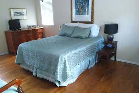 Private bedroom and bathroom in historic Grovemont - Rumah