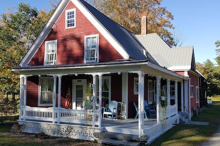 Charming 4BR Riverfront Farmhouse - Cavendish - House