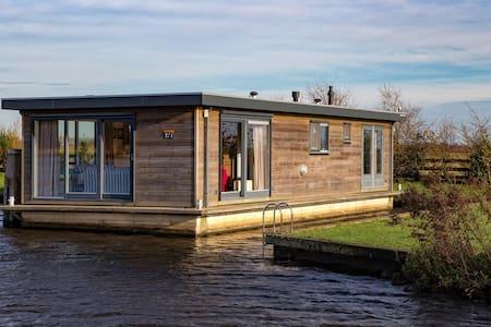 Luxe Woonboot in hartje Friesland - Earnewâld - Hajó