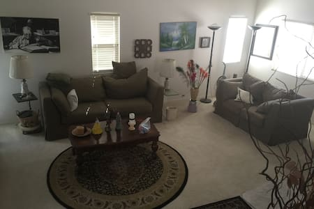 Upper bedroom w/ Wifi - Palmdale