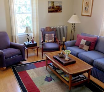 Perfect location for 2 (or more!) - Providence - House