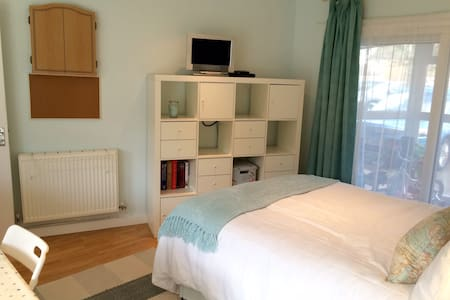 Self contained annexe with en-suite - Cheltenham - House
