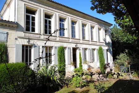 Historic villa with sunny pool - Bourg