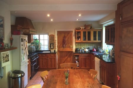 Double bedroom in a large family house near Gatwick - Haywards Heath - Dom