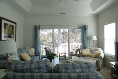 Bright, airy, 3-BR condo sleeps 8