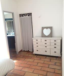 Chambre rustique et simple en campagne aixoise - Bed & Breakfast