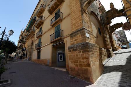 """Casa Vacanze """"Il Cortile del Marchese Beccadelli"""" - Hus"""
