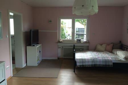 Schönes Zimmer im Grünen mit eigenem Eingang - Bad Camberg - Ev