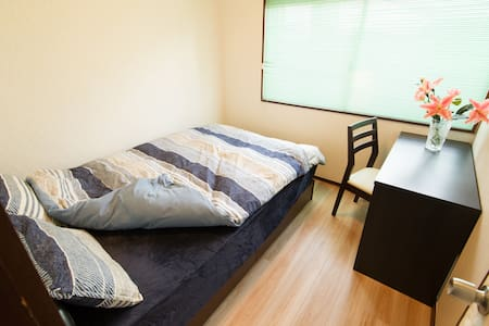 1 big bed room for 1-2 people - Huis