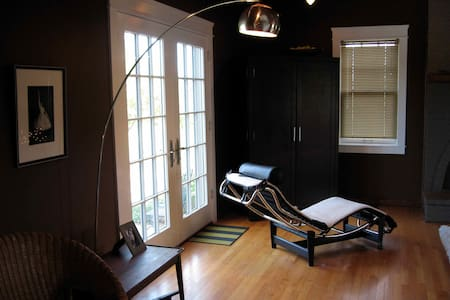 Bedroom/bath in shared house near Kenyon College - House