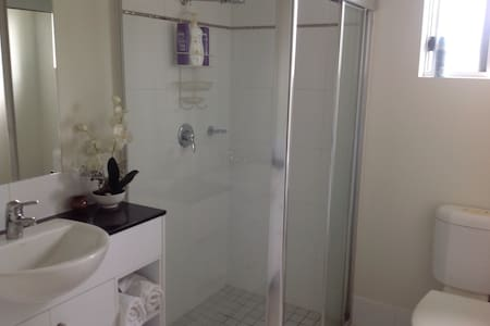 Beautiful Cairns apartment. - Daire